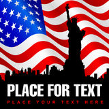 Statue de la liberté sur le fond de drapeau américain image stock