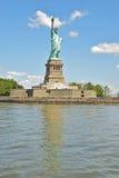 Statue de la liberté sur Liberty Island avec la pleine réflexion Photo stock