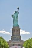Statue de la liberté vue par derrière avec le fond de ciel bleu Photographie stock libre de droits