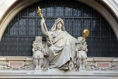 Statue de la prudence sur le bâtiment de BNP à Paris Images libres de droits