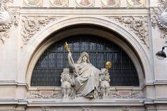 Statue de la prudence sur le bâtiment de BNP à Paris Photos libres de droits