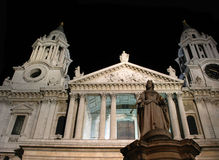 Statue de la Reine Anne à la cathédrale de rue Paul Images stock