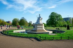 Statue de la Reine Victoria dans des jardins de Kensington à Londres Image libre de droits