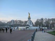 Statue de la Reine Victoria en dehors de Buckingham Palace images stock
