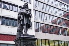Statue de Leibniz dans le campus universitaire Leipzig images stock