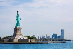 Statue de Liberty New York et de Manhattan Etats-Unis Photographie stock