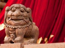 Statue de lion dans un temple chinois Images libres de droits