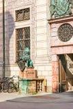 Statue de lion près de résidence de Munich à Munich photo stock