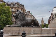 Statue de lion sur Trafalgar Square, sur le fond Big Ben dans Lon Images stock