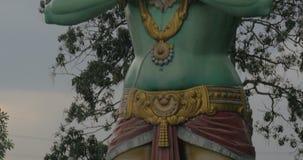 Statue de Lord Hanuman en cavernes de Batu, Malaisie banque de vidéos
