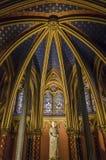Statue de Louis IX Sainte-Chapelle intérieur à Paris, France Photos stock