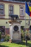 Statue de loup de Capitoline avec Romulus et Remus în le centre historique le 8 août 2018 dans Sighisoara, la Transylvanie photo libre de droits