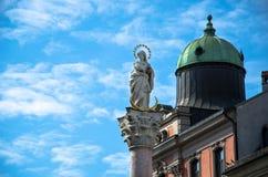 Statue de Madame sur un poteau avec le ciel bleu Photo libre de droits