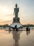 Statue de marche grande de Bouddha en Thaïlande Images stock