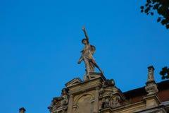 Statue de Mercury - un dieu romain important se tenant sur une façade de bâtiment photographie stock