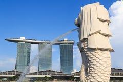 Statue de Merlion et hôtel de Marina Bay Sands, Singapour Photographie stock libre de droits