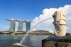 Statue de Merlion et hôtel de Marina Bay Sands, Singapour Images libres de droits