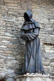 Statue de moine dans la vieille ville de Tallinn, Estonie photos stock