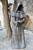 Statue de moine dans la vieille ville de Tallinn, Estonie photo stock