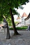 Statue de moine dans la vieille ville de Tallinn, Estonie image libre de droits