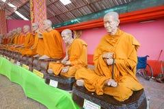 Statue de moine dans le temple photo stock