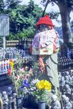 Statue de moine de Jizo avec le bavoir et le chapeau - Japon photographie stock libre de droits