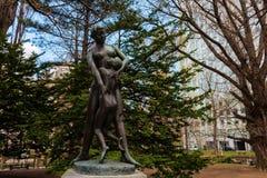 Statue de mère et de fils à l'ancien gouvernement du Hokkaido Image libre de droits