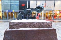 Statue de Non-violence d'arme à feu tordue en hiver Stockholm Photo stock