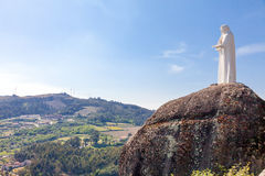 Statue de notre Madame donnant sur le paysage Photos stock