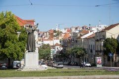 Statue de Pape Jean Paul II à Coimbra et la vue de ville photographie stock