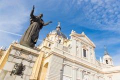 Statue de Pape Jean Paul II devant la cathédrale Almudena de Madrid, Espagne Photos stock