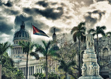 Statue de parc de Havana Central avec le bâtiment de capitol et le drapeau de Cubain Image stock