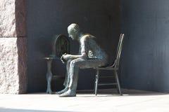 Statue de pauvre homme écoutant la radio Image stock