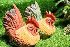 Statue de poulet sur la pelouse Photo stock