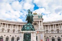 Statue de prince Eugene et façade de Burg de Neue photographie stock libre de droits