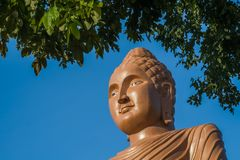 Statue de profil de Bouddha, Kanchanaburi, Thaïlande Image stock