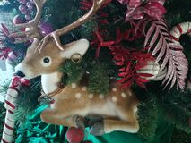 statue de renne dans l'arbre de Noël photographie stock