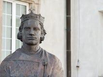 Statue de roi dans la croix polonaise de saint de cathédrale images libres de droits