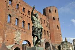 Statue de romain sur l'avant des ruines de porte à Turin images stock