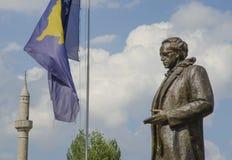 Statue de Rugova avec le drapeau de Kosovo dans Pristina image libre de droits