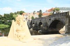 Statue de sable par le pont en pierre dans Pisek Photographie stock libre de droits