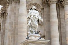 Statue de Saint Paul dans la façade de la cathédrale de Siracusa, SI Photo libre de droits