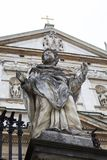 Statue de saint sur le fond d'une église médiévale avec une croix images libres de droits