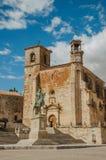 Statue de San Martin Church et de Pizarro au maire de plaza de Trujillo images libres de droits