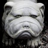 Statue de sculpture en gypse d'un bouledogue de roquet de chien photos stock