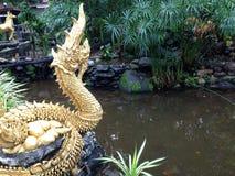 Statue de serpent près de la piscine Photographie stock