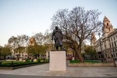 Statue de Sir Winston Churchill dans le jardin de place du Parlement à Westminster, Londres Image libre de droits