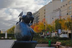 Statue de Sisyphus sur l'avenue De Charles de Gaulle, Paris, France Images libres de droits