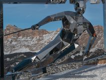 Statue de skieur, sculpture faite avec des miroirs et dolomites italiennes Image stock