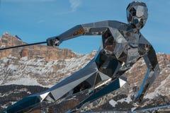 Statue de skieur, sculpture faite avec des miroirs et dolomites italiennes Photographie stock